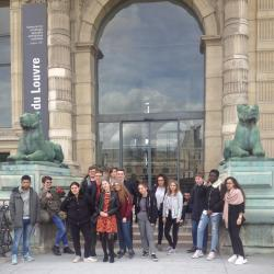 devant l'école du Louvre
