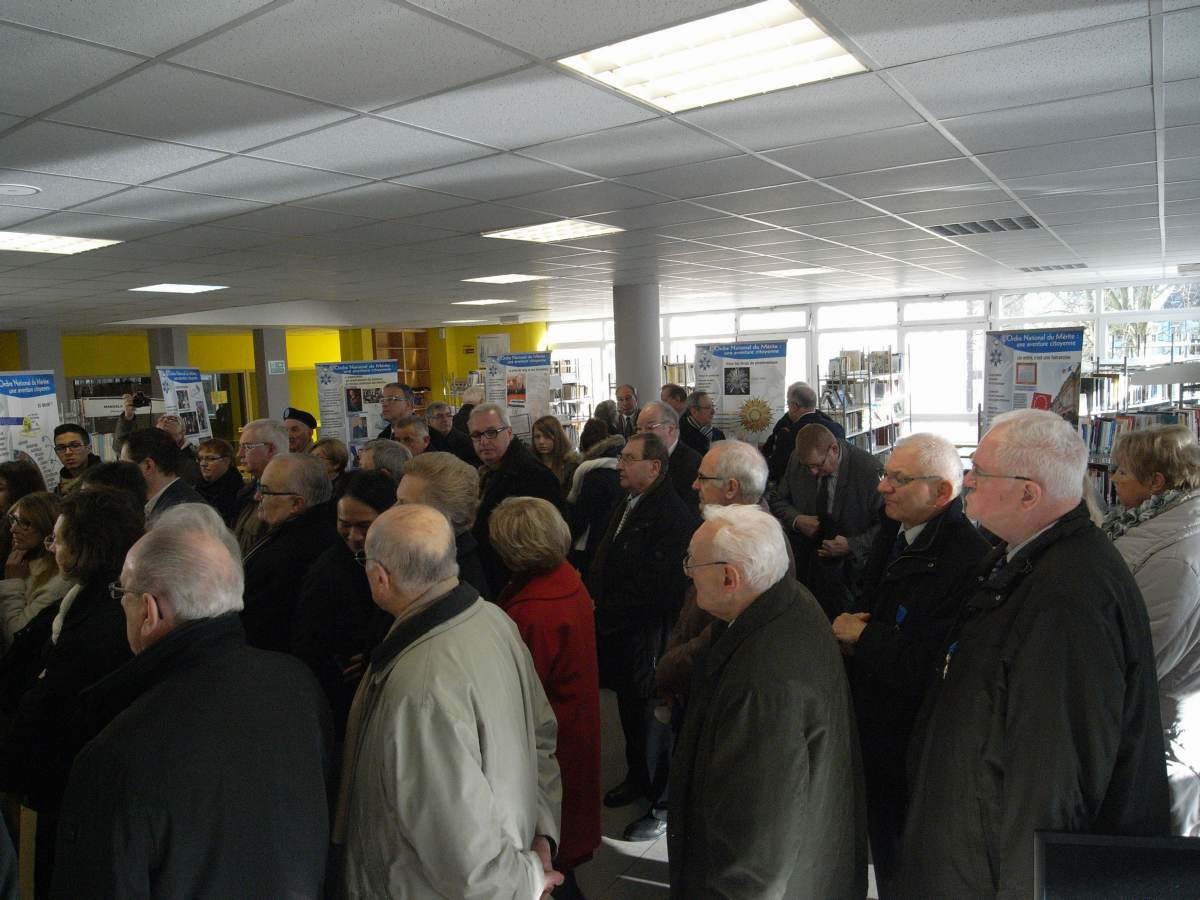 Visite de l'exposition par les officiels