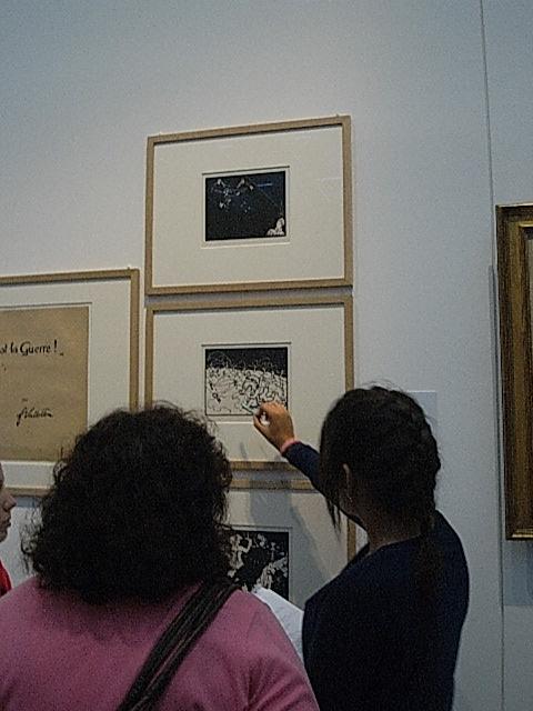 Une élève s'interroge sur une gravure de Valloton